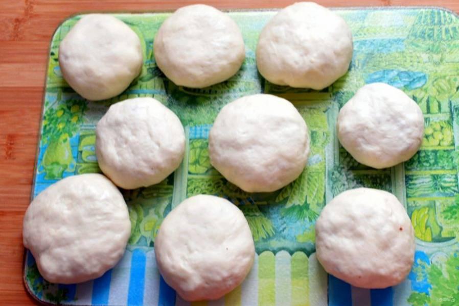 Уложите пирожки защипами вниз для расстойки. Не забудьте накрыть салфеткой или полотенцем, чтобы не заветрились.