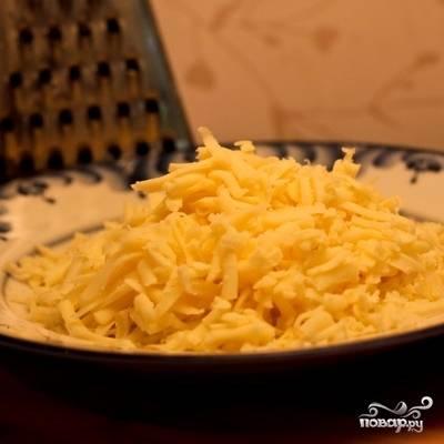Натираем сыр сулугуни на крупной терке.