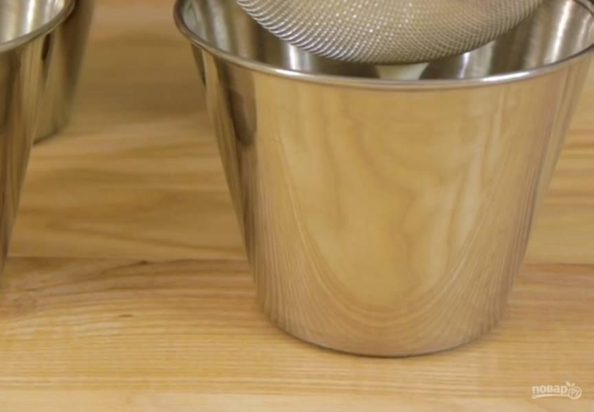 3. В горячих сливках растворите желатин и полностью остудите. Разлейте сливки в формы через ситечко и поставьте в холодильник на 4-5 часов.