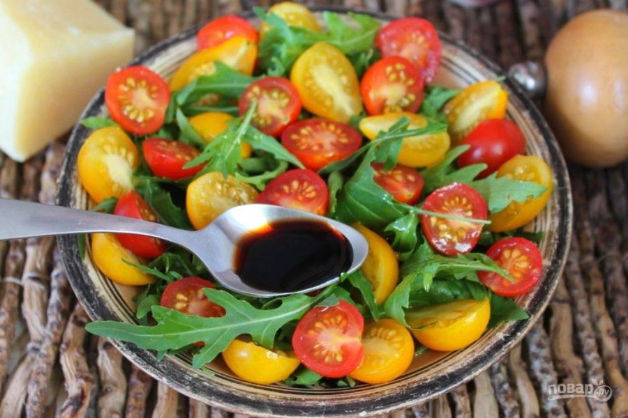 Поливаем салат оливковым маслом и сбрызгиваем бальзамикой.