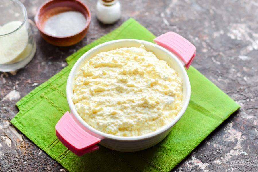 Духовку прогрейте до 180 градусов, подготовьте порционную форму. Форму смажьте маслом и выложите подготовленный творог. Готовьте запеканку 20-25 минут. Спустя время подавайте запеканку к столу.