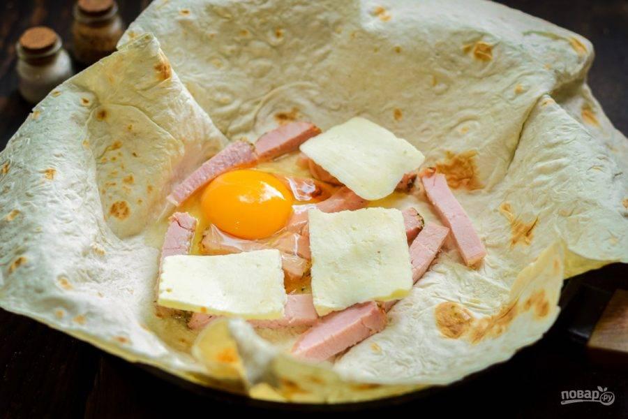 Следом добавьте нарезанный пластинами адыгейский сыр.
