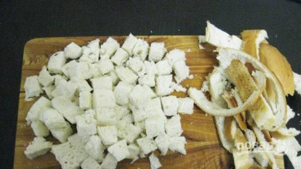 Хлеб нарезаем небольшими кубиками. Просушиваем их в духовке или обжариваем на сковороде на небольшом количестве масла. После отправляем к салату.
