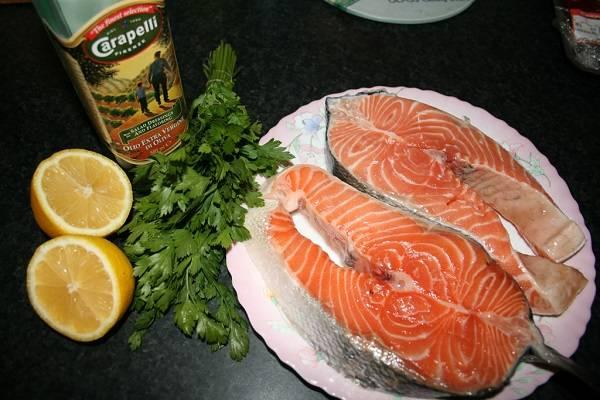 1. Вот такой набор ингредиентов, которые требуются для приготовления блюда. В рецепт приготовления красной рыбы на гриле можно взять любую рыбку, которая есть под рукой. Плюс этого блюда еще и в том, что необязательно брать ровные стейки.