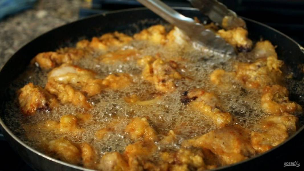 В большой сковороде или кастрюле раскалите масло минут 6. Положите курицу в масло и, если она в нем не плавает, обжарьте с каждой стороны по 4-5 минут.