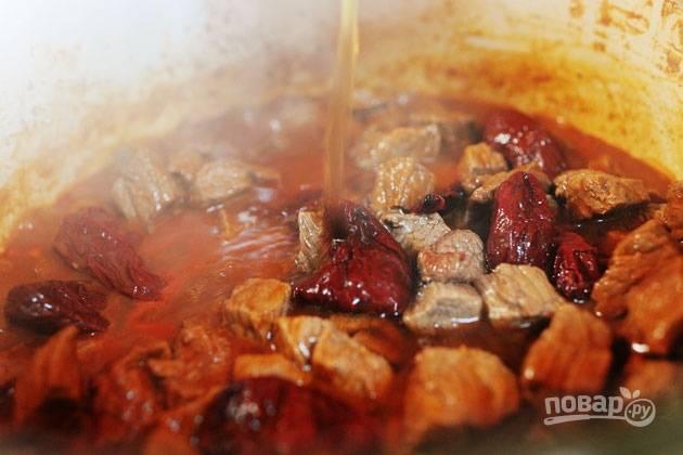 2. Обжарьте до румяной корочки, после выложите томатный соус и влейте бульон (можно заменить водой, конечно).