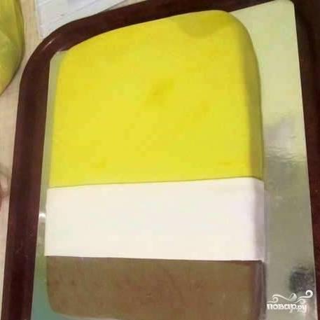 Раскатываем белую мастику, укладываем полоску белой мастики на стык желтой с коричневой. Насчет ширины этой белой полоски - ориентируйтесь по изображению героя (лучше распечатать картинку с его изображением и всегда иметь перед собой, чтобы не напортачить в пропорциях).