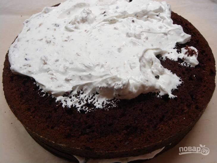 5.Готовый бисквит достаньте из духовки и остудите, затем разрежьте на 4 коржа (один сделайте самым тонким). Смажьте каждый корж, кроме одного, приготовленным сметанным кремом, а также смажьте верхушку и бока.