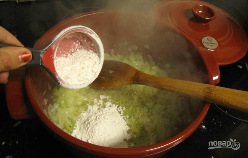 2.Когда овощи стали мягкими, добавьте муку, она придаст супу вязкую консистенцию, перемешайте.