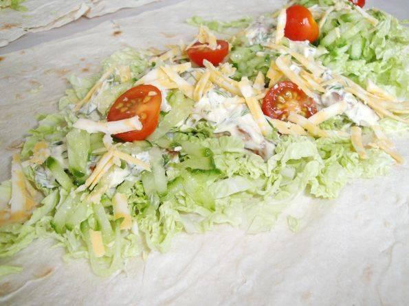 Затем выкладываем огурец, помидоры и тертый сыр.