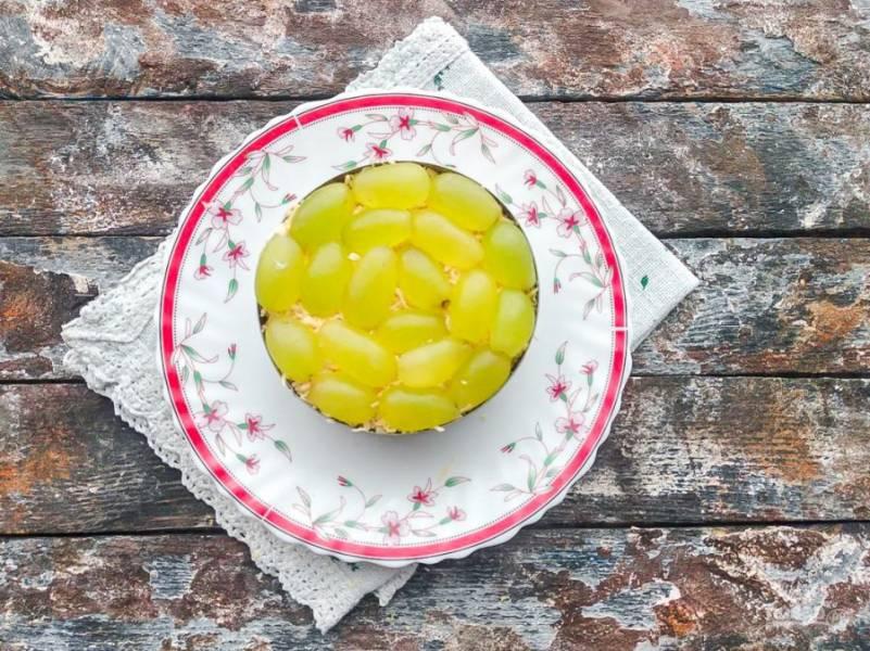 Сверху сыра выложите пополам нарезанный виноград.