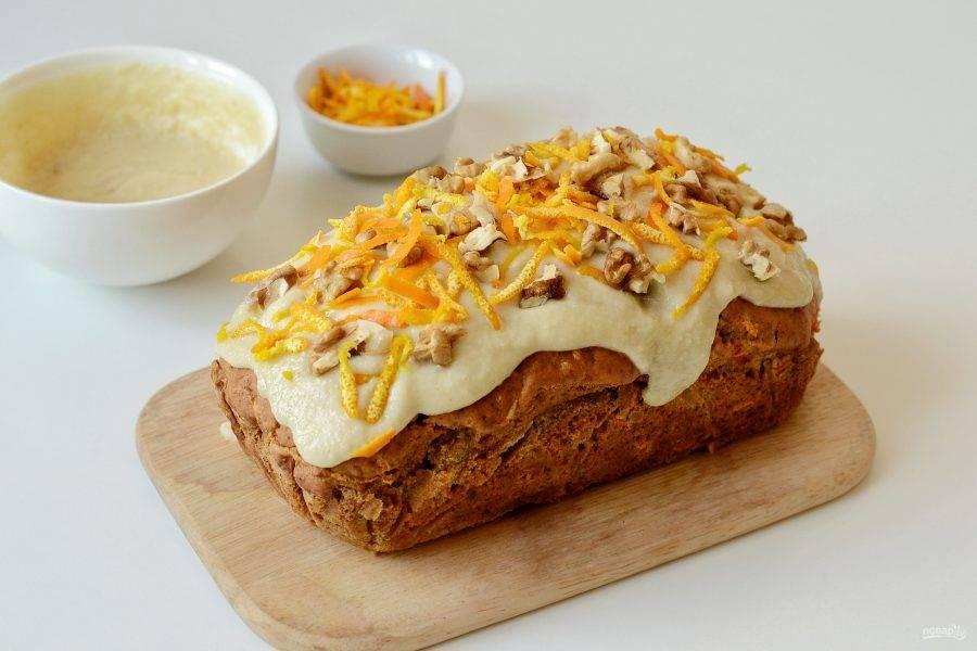 Остудите кекс, смажьте кремом, украсьте грецкими орехами и апельсиновой цедрой.