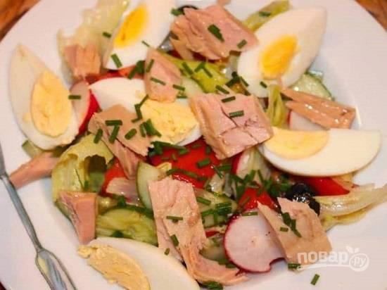 И раскладываем . Вкусно, быстро и красиво! Можно посыпать салат нарезанным зеленым луком или другой зеленью.