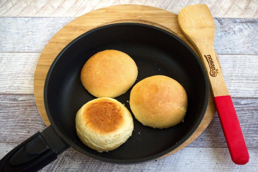 Булочки для бургеров из постного теста разрежьте пополам, подсушите  срезом на сухой горячей сковороде до румяной корочки.