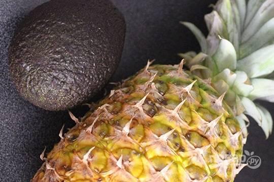 Ананас и авокадо очищаем и нарезаем кубиками.