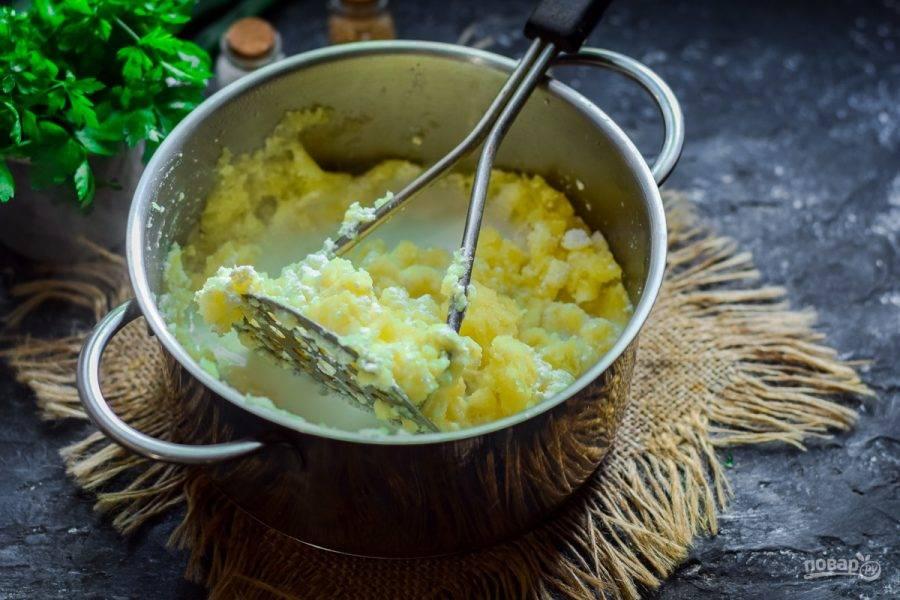 Влейте в кастрюлю горячее молоко, приготовьте пюре желаемой густоты.