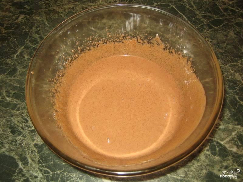 Взбейте стакан сметаны со стаканом сахара, добавьте еще 2 столовые ложки какао.