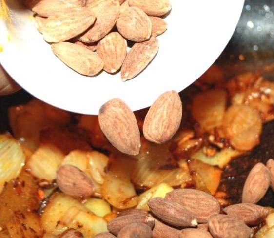 Добавьте к ним специи и орехи, жарьте еще минут 5.