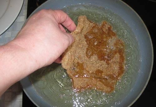 6. И только теперь отправляем мясо на сковороду жариться. Огонь уменьшаем и обжариваем мясо с обеих сторон. Жарятся отбивные не более 7 минут. За время их приготовления можно отварить гарнир (картофельное пюре или любую кашу).