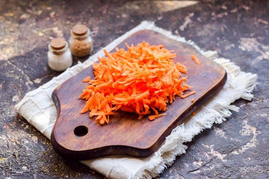 Морковь натрите на средней терке.