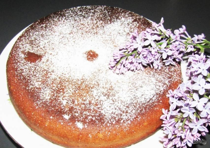 6.Готовый молочный кекс украшаю сахарной пудрой и подаю к столу.
