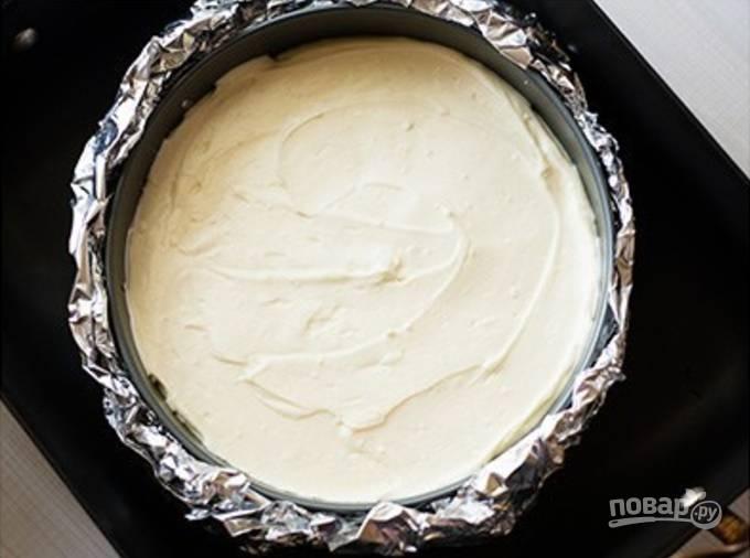 В широкую форму наливаем столько кипятка, чтобы он покрыл круглую форму для выпечки до середины, когда она будет вставлена в эту самую широкую форму. Эту конструкцию отправляем в духовку на 1,5 часа, а затем приоткроем духовку и дадим пирогу остыть, не доставая из воды, час.