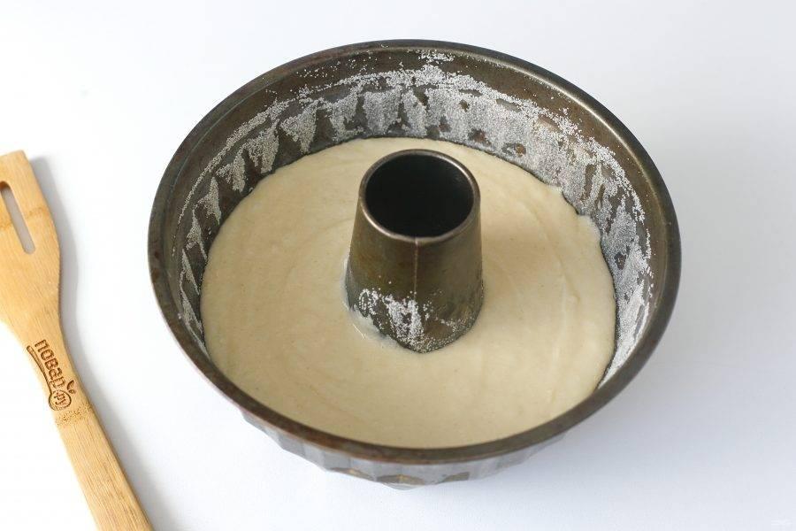Перелейте тесто в смазанную маслом форму до запекания. Дно и бока предварительно обсыпьте мукой или манкой. Выпекайте в духовке при температуре 180 градусов около 40 минут.
