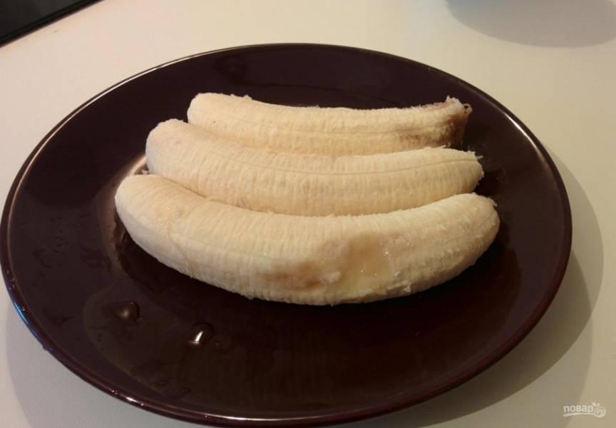 6.Очищаю бананы от кожуры, выкладываю их на блюдо.