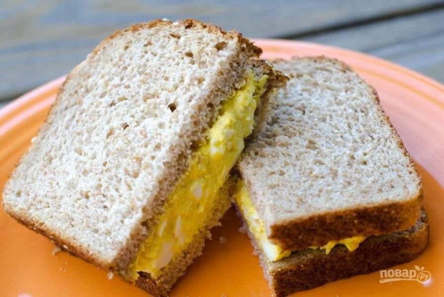 Салат намажьте на кусок хлеба, а потом закройте его вторым куском. Приятного аппетита!