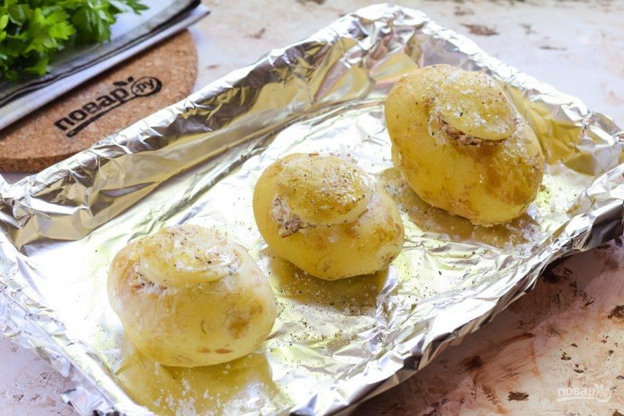 Переложите картофель на противень, запекайте в духовке 15 минут при температуре 200 градусов. Посолите и поперчите картофель, подавайте к столу.