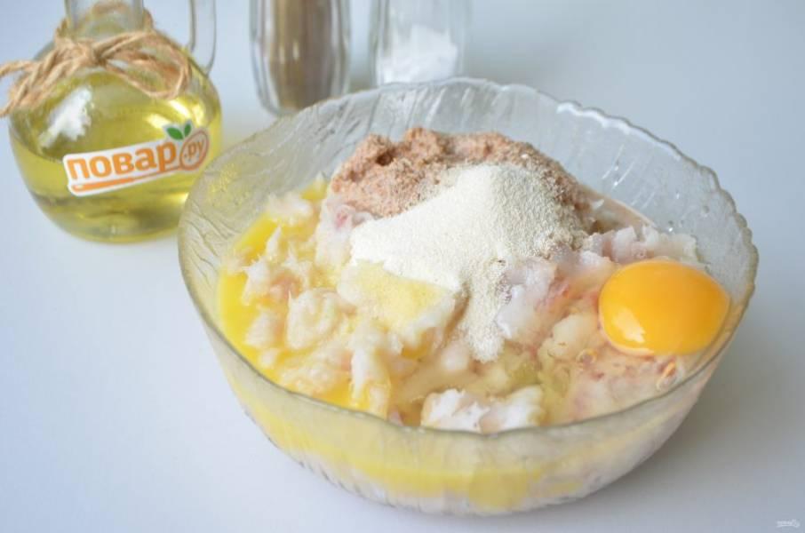 4. К рыбному фаршу также добавьте манку, яйцо, мягкое сливочное масло, панировочные сухари. Перец черный молотый или смесь перцев по вкусу.