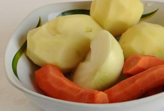 Очищаем и промываем наши овощи.