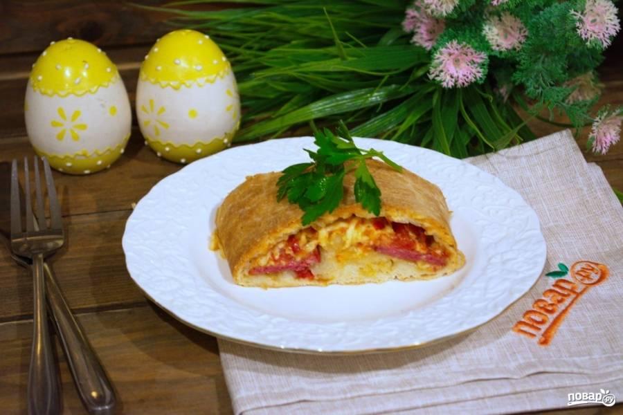 10. Подайте пиццу к столу. Получается она очень и очень вкусной! Покажу также данное блюдо в разрезе. Стромболи — это пицца-рулет.