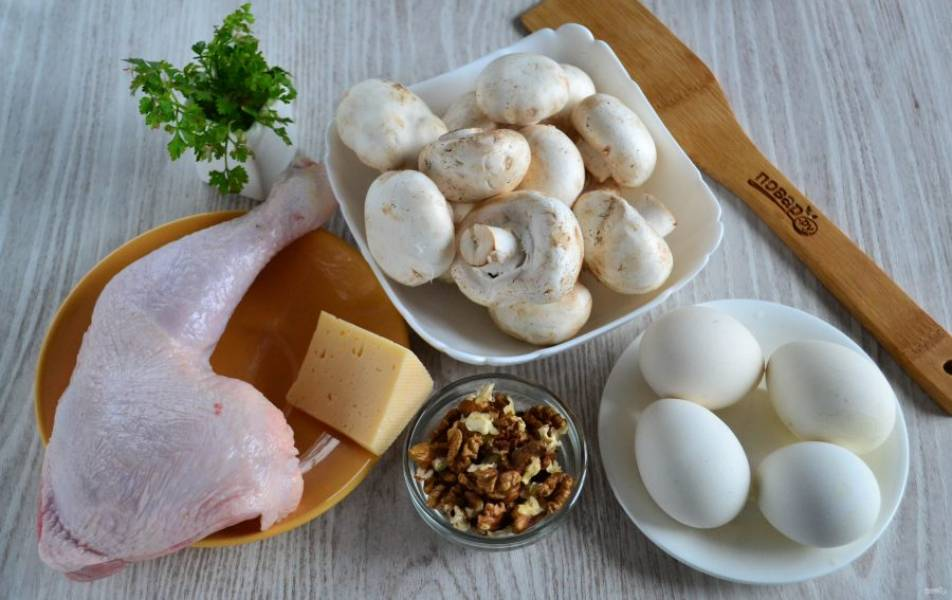 Подготовьте все необходимые ингредиенты. Куриный окорок натрите солью и специями и запеките в духовке до готовности. Яйца отварите вкрутую.