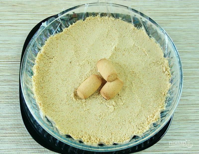 Печенье измельчите в мелкую крошку.