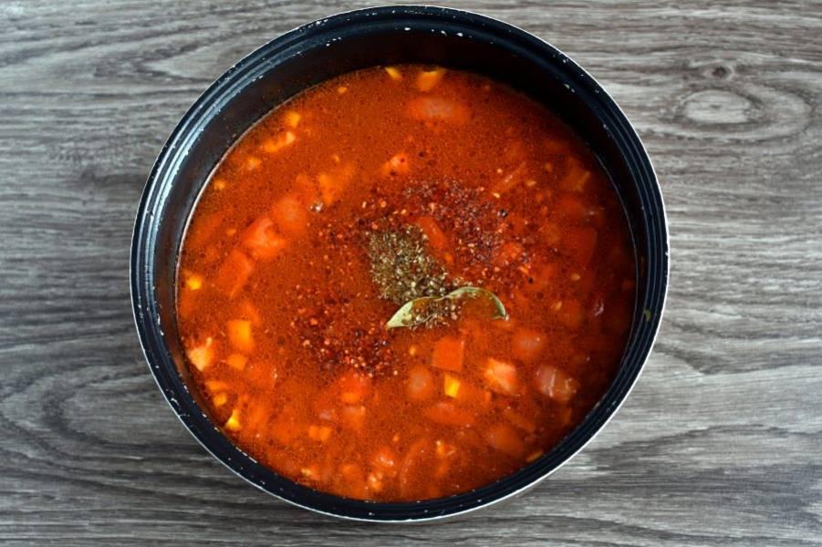 Проварите еще 3 минуты, затем заправьте суп свежерастолченными пряностями, острым перцем, тертым чесноком. По вкусу добавьте немного лимонного сока. Дайте супу закипеть и отключите нагрев.