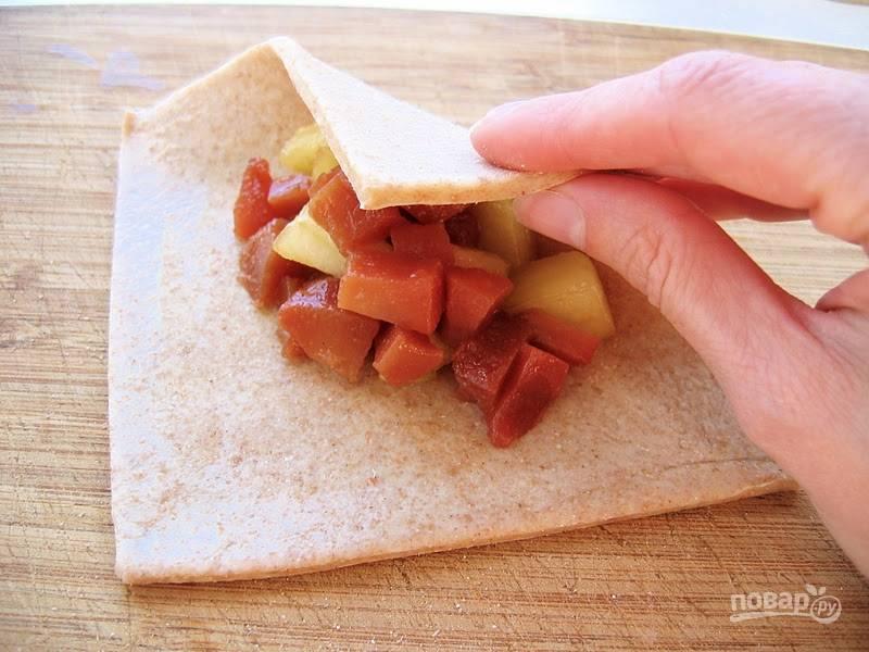 Далее в квадрат теста выложите начинку. Смочите края и слепите изделия в виде треугольника.