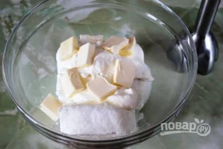 В небольшую посуду выкладываем творог, масло, сахар и сметану.