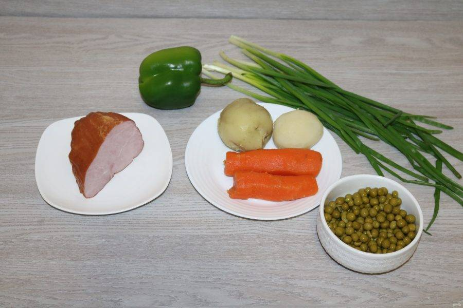 Подготовьте ингредиенты. Картофель и морковь отварите до готовности, почистите.