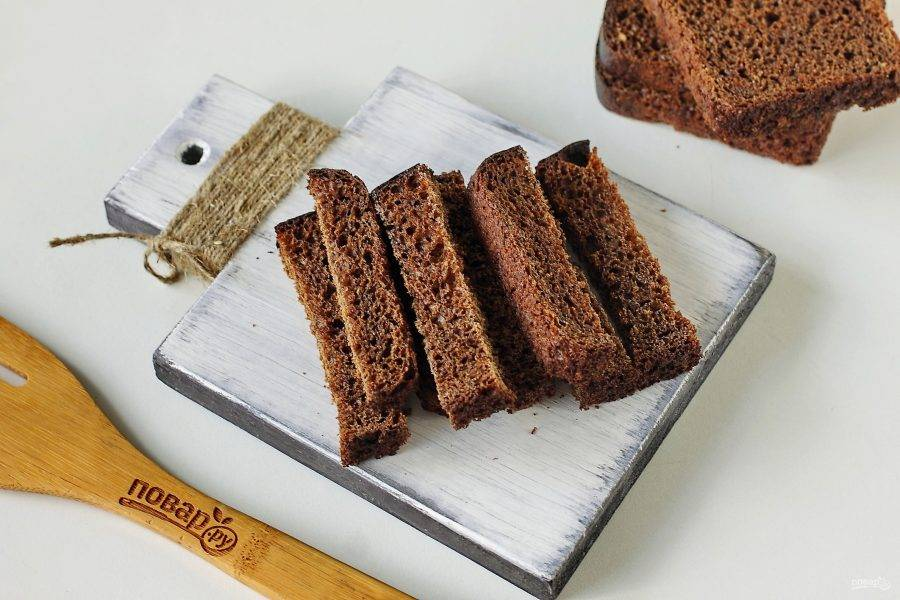 Хлеб нарежьте брусочками, шириной около 1 см.