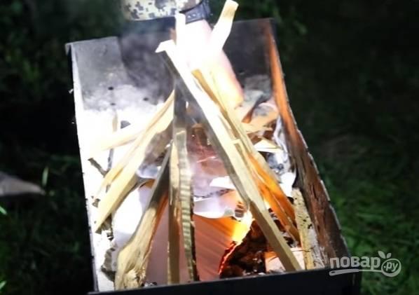 5. Пока маринуется мясо, можно разжечь огонь. В прошлом году на майские праздники мы неожиданно отправились на природу с друзьями. Мясо пришлось мариновать уже на природе. Но ничего, время быстро пролетело за песнями у костра. Любой шашлык должен жариться на углях. Ни в коем случае не на огне.