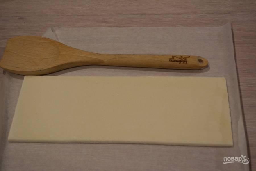 Для приготовления пирога слоеное дрожжевое тесто раскатайте в пласт. Само тесто после морозилки следует немного разморозить.