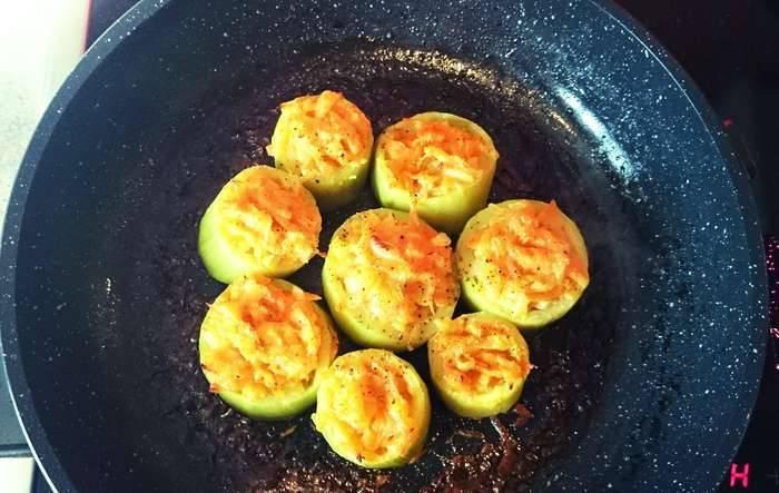 Осталось наполнить кабачки овощным фаршем и запечь их в духовке. 180 градусов, 30 минут.