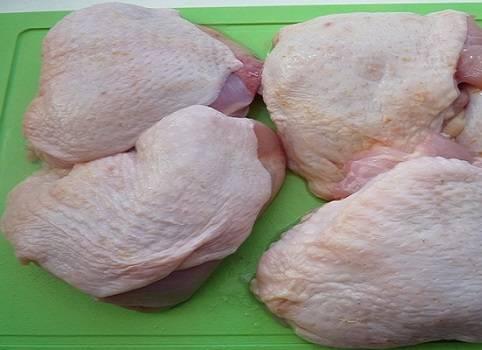 3. Бедра вымыть и просушить. Как следует натереть специями, аккуратно приправляя филе под кожицей.