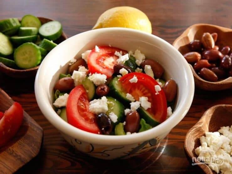 7. А в конце добавьте соль, перец, масло и сок лимона. Салат готов, приятного аппетита!