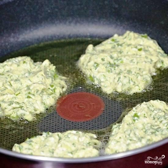 Нагреваем в сковороде большое количество масла. Выкладываем примерно по столовой ложке начинки в масло, обжариваем до золотистого цвета с одной стороны.