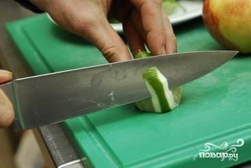 Лайм очищаем от кожуры и нарезаем пластиночками.