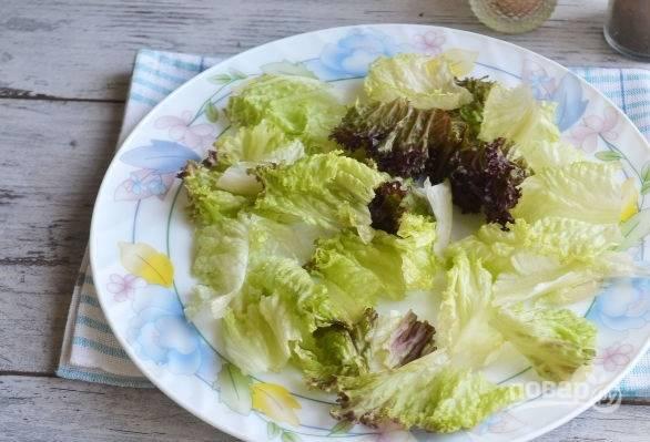 9. На тарелку для подачи выложите вымытые и обсушенные листья салата.