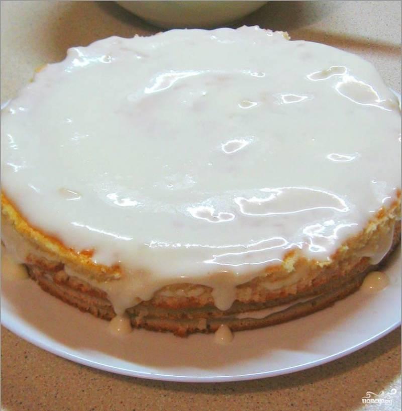 5. Заливаем торт сверху кремом и оставляем в холоде пропитаться (в идеале — часа на 3).