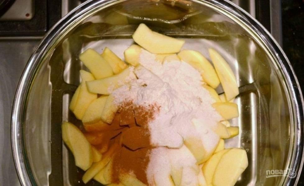 4.Вымойте и очистите яблоки, нарежьте их тонкими дольками и переложите в миску, добавьте муку, оставшуюся корицу, перемешайте. Выложите яблоки в сковороду и перемешайте.